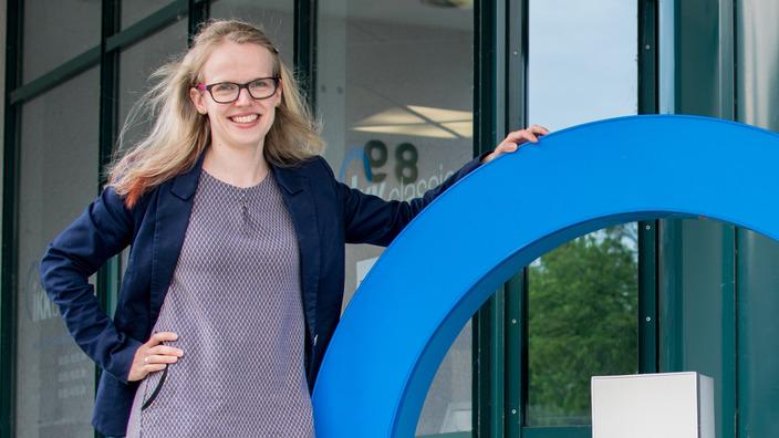 Regionalgeschäftsführerin Mareike Börner vor der Regionaldirektion Chemnitz