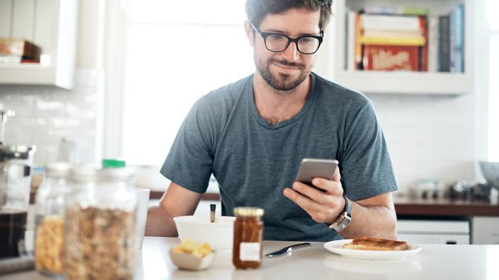 Diabetiker checkt während des Frühstücks seine TeLiPro-App