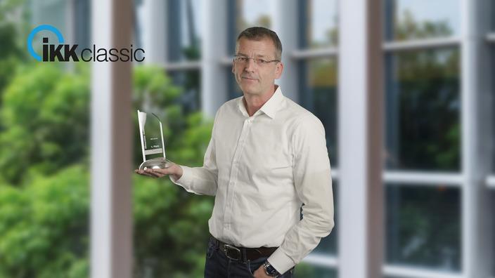 Frank Hippler, Vorstandsvorsitzender der IKK classic, mit dem Klimaretteraward 2020
