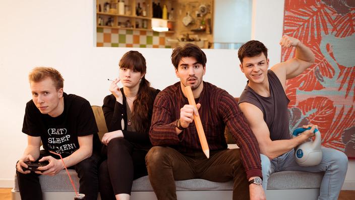 Darsteller der missionmacher-WG sitzen nebeneinander auf dem Sofa