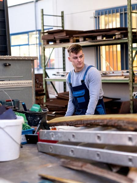 Azubi arbeitet in Werkstatt