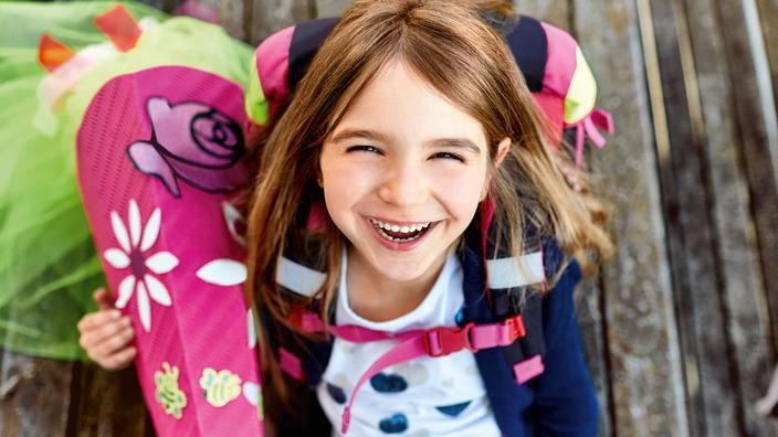 Lachendes Schulkind mit Schultüte