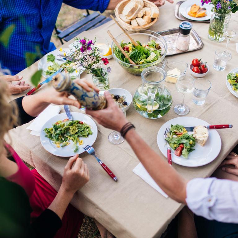 Freunde beim gemeinsamen Essen im Garten