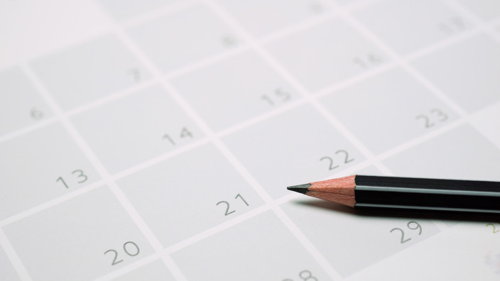 Bleistift liegt auf einem Kalenderblatt