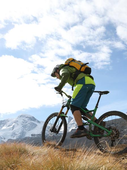 Mann fährt auf Fahrrad durch die Berge