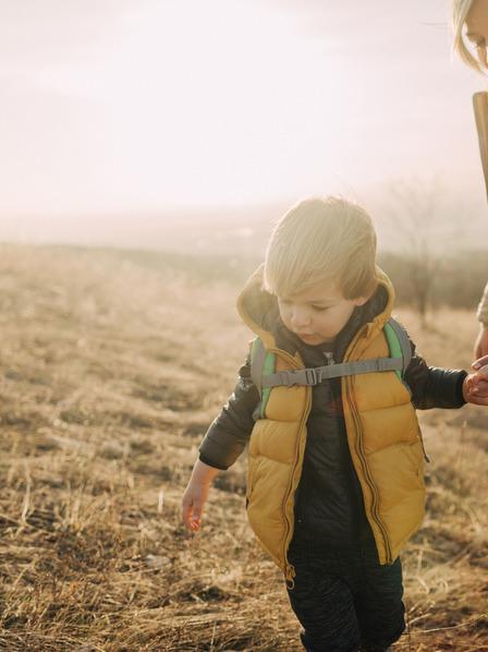Familie mit kleinen Kindern wandert im Herbst