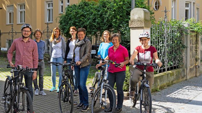 Gruppe von IKK-Mitarbeitern neben ihren Fahrrädern