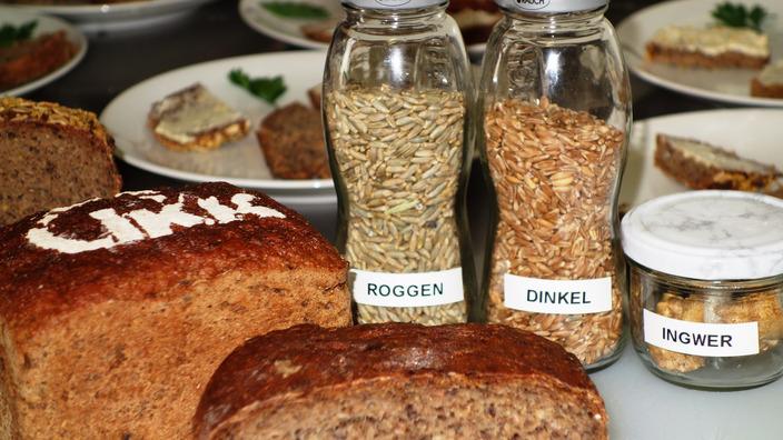 IKK-Brote und Zutaten auf dem Tisch