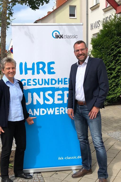Regionalgeschäftsführer vor Werbebanner der IKK classic