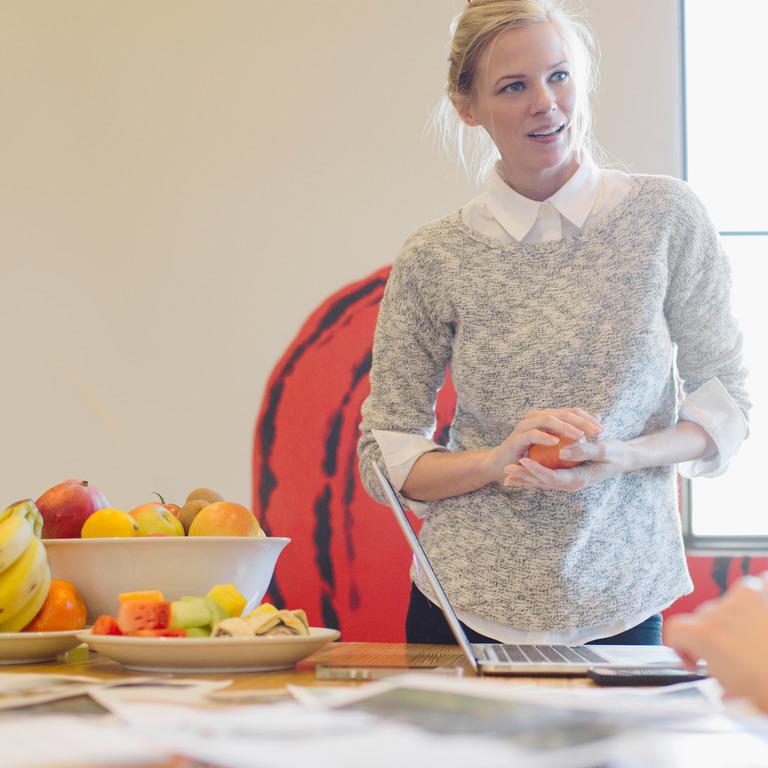 Mitarbeiterinnen nehmen an einem Ernährungskurs zur Diabetes-Prävention teil.