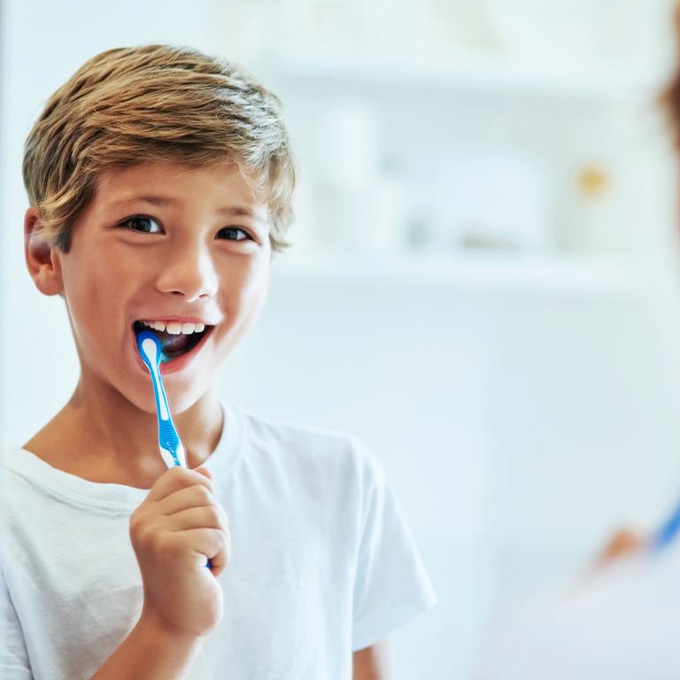 Grundschüler beim Zähneputzen