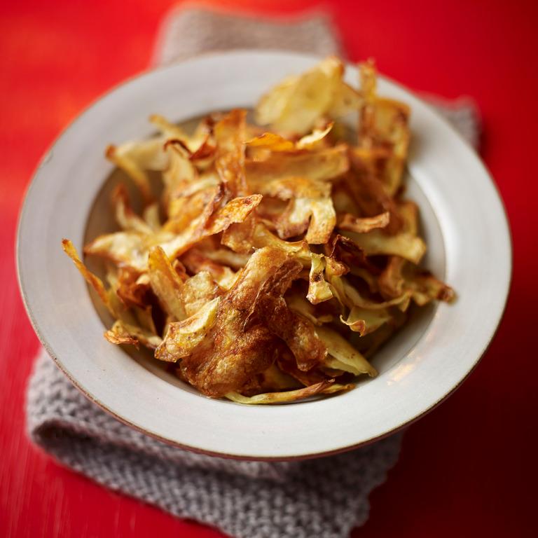 Chips aus Kartoffenschalen auf einem Teller.