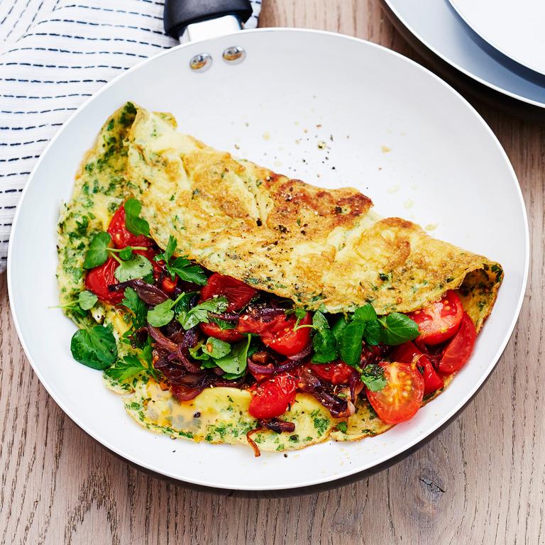 Omelette aus Weißei mit Gemüseresten.
