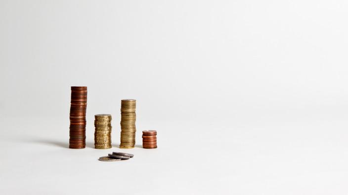 vier verschieden hohe Stapel Cent-Stücke