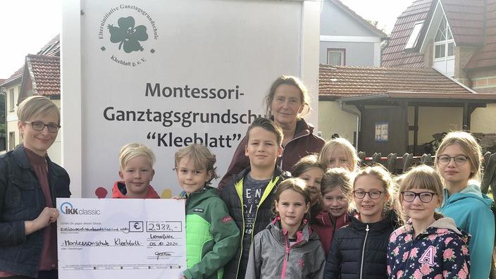 Gruppenbild von Scheckübergabe vor Montessorischule Kleeblatt
