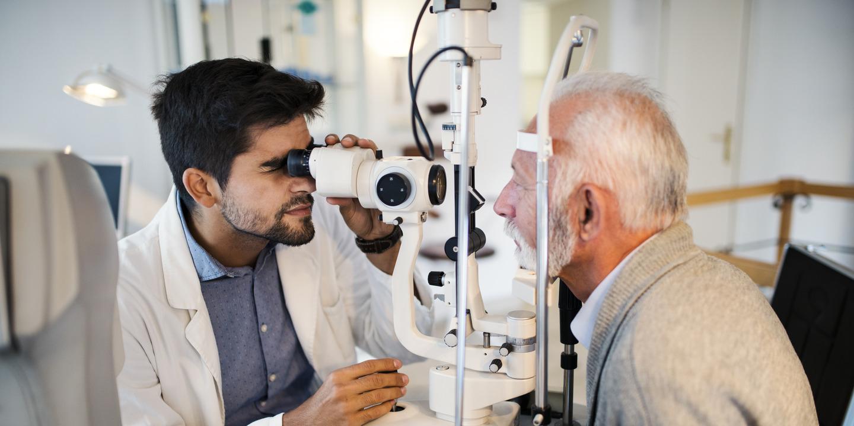 Augenarzt untersucht einen Patienten.