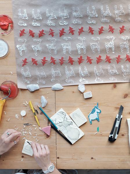 Tisch mit Bastelutensilien für Weihnachten