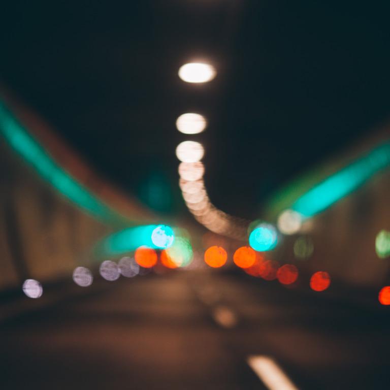 unscharfer Ausblick in einen Autotunnel mit verschwommenen Rücklichtern