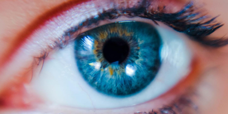 Nahaufnahme von Auge mit blauer Iris.