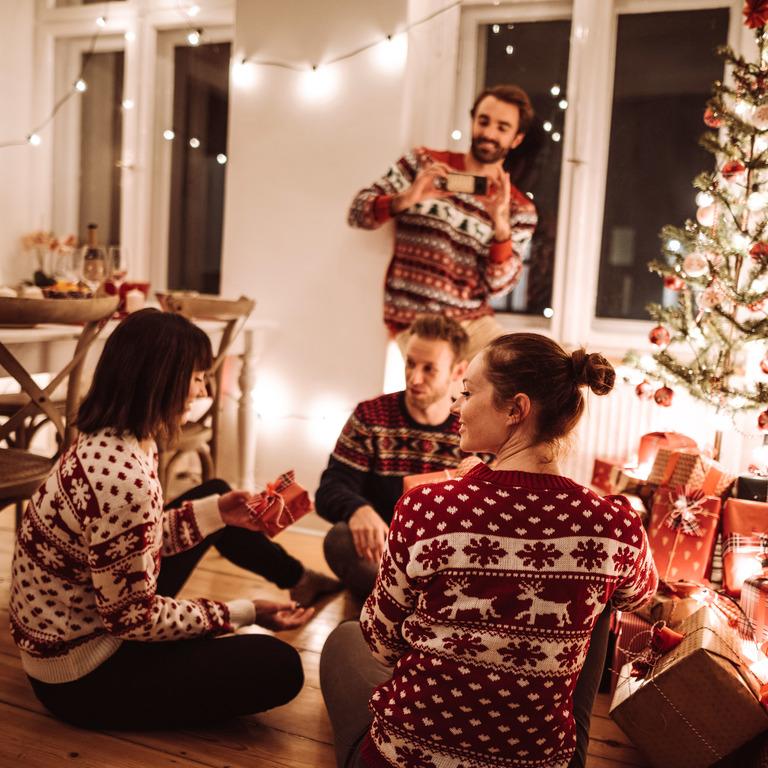 Freunde öffnen zusammen Weihnachtsgeschenke