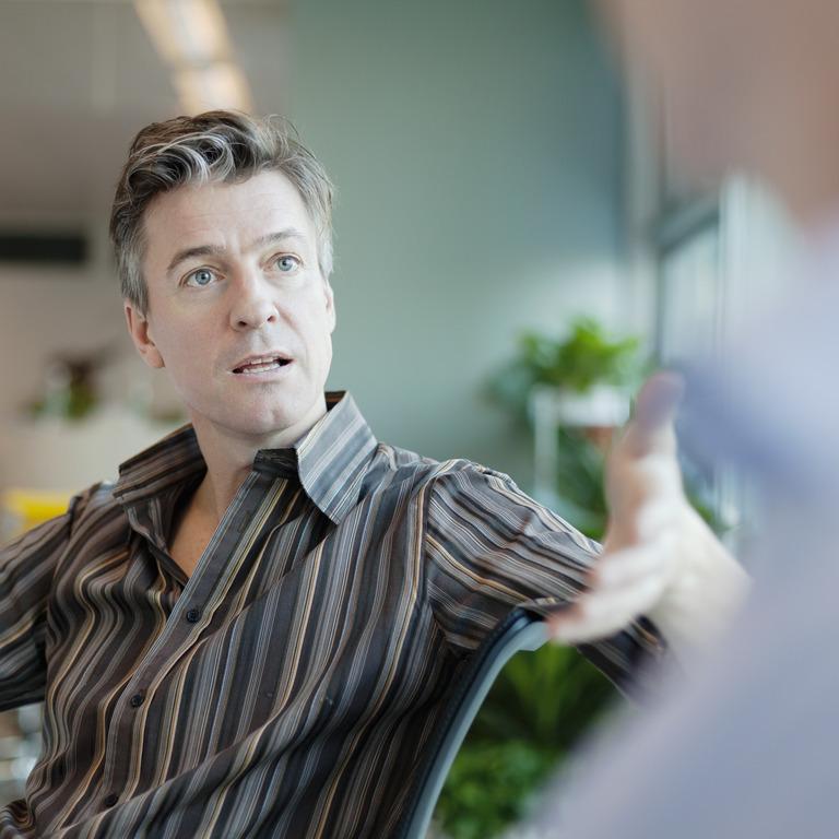 Arbeitskollegen führen Streitgespräch