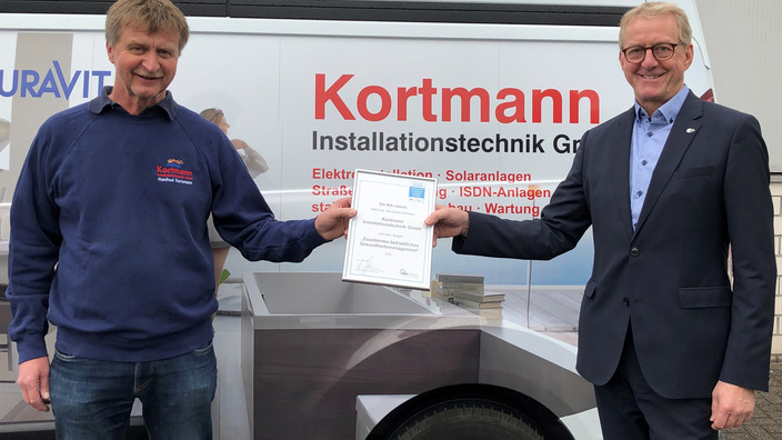 IKK classic übergibt Siegel an Manfred Kortmann