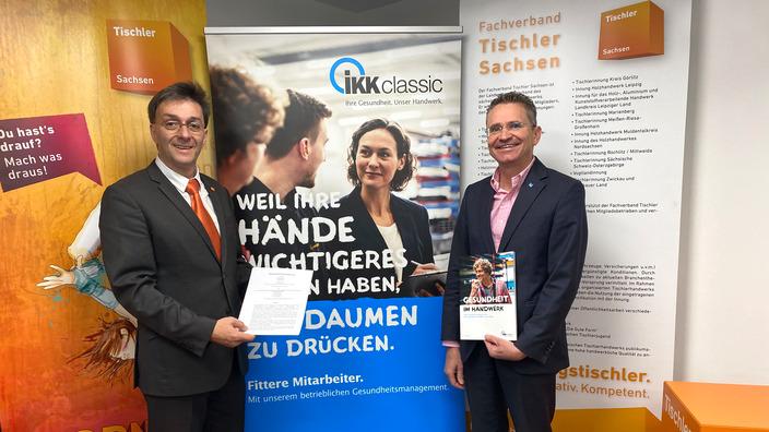 Landesgeschäftsführer der IKK classic in Sachsen und Geschäftsführer des Fachverbandes Tischler Sachsen unterzeichnen Kooperationsvereinbarung