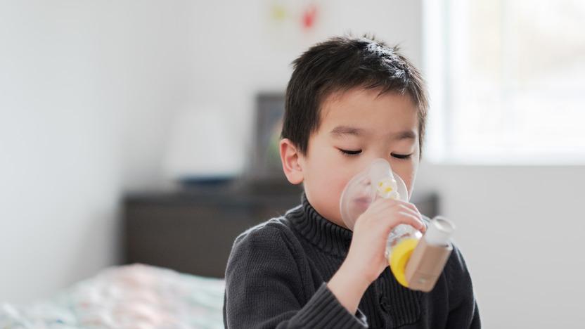 Junge mit Asthma nutzt einen Inhalator