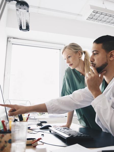 Zwei Ärzte beraten am Monitor.