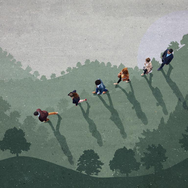 Vogelperspektive auf eine Gruppe von Menschen, die im Gänsemarsch über eine eine gemalte Landschaft schreiten