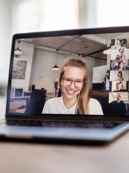 Junge Frau hat ein Vorstellungsgespräch via Videokonferenz.