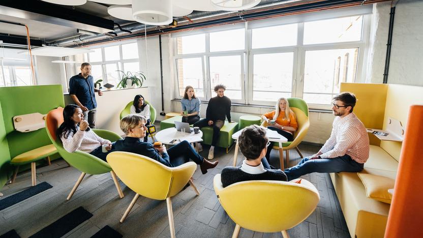 Kolleginnen und Kollegen sitzen im Kreis auf Stühlen