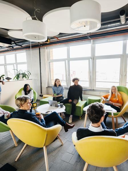 Mitarbeiter sitzen zusammen und reden.