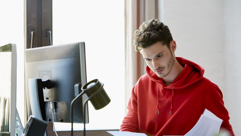 Junger Mann sieht sich Dokumente an