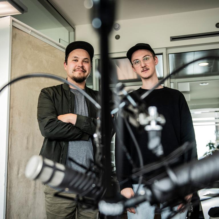 Foto der beiden Moderatoren Marco und Lucas.