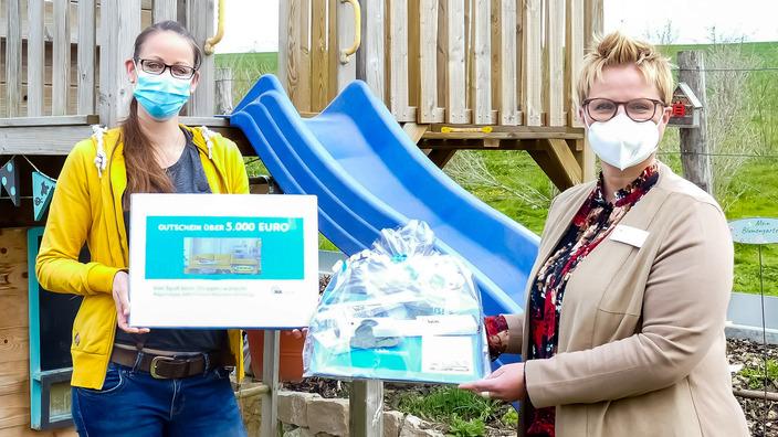 IKK-Regionalgeschäftsführerin Stephanie Düchting übergibt Hauptgewinn