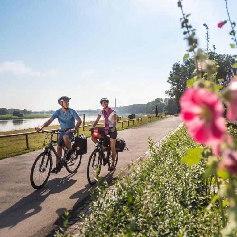 Zwei Radfahrer in der Landschaft