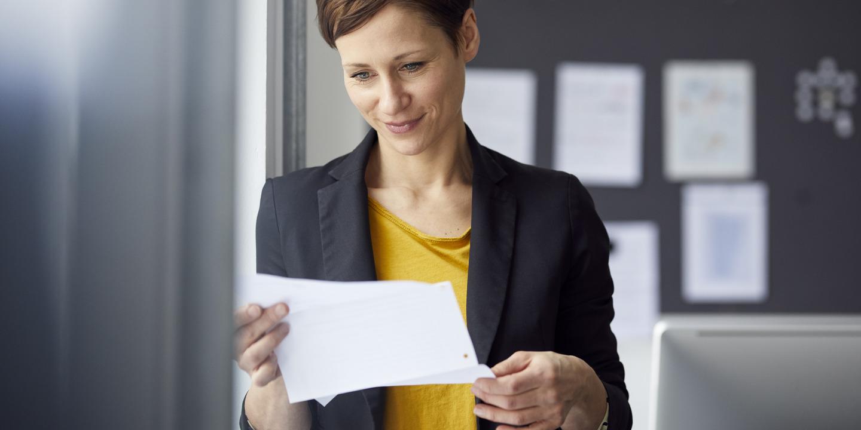 Frau liest Arbeitszeugnis