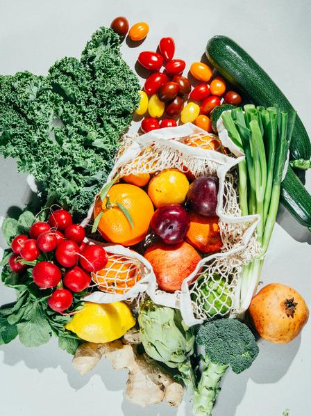 Verschiedenes Gemüse liegt angerichtet auf einer spiegelnden Oberfläche.
