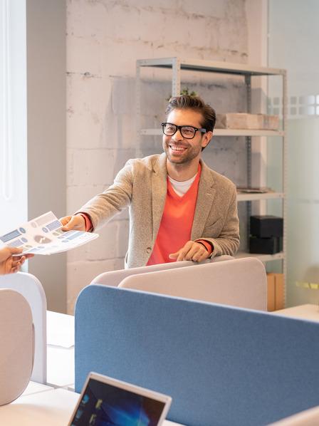 Chef und Mitarbeiter tauschen Dokument aus