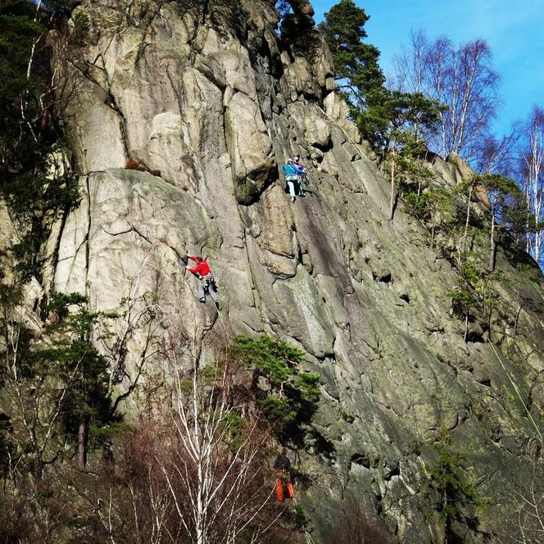 Boulderer klettern eine Steilwand hoch im Okertal