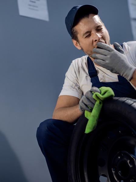 Mechaniker gähnt bei der Arbeit