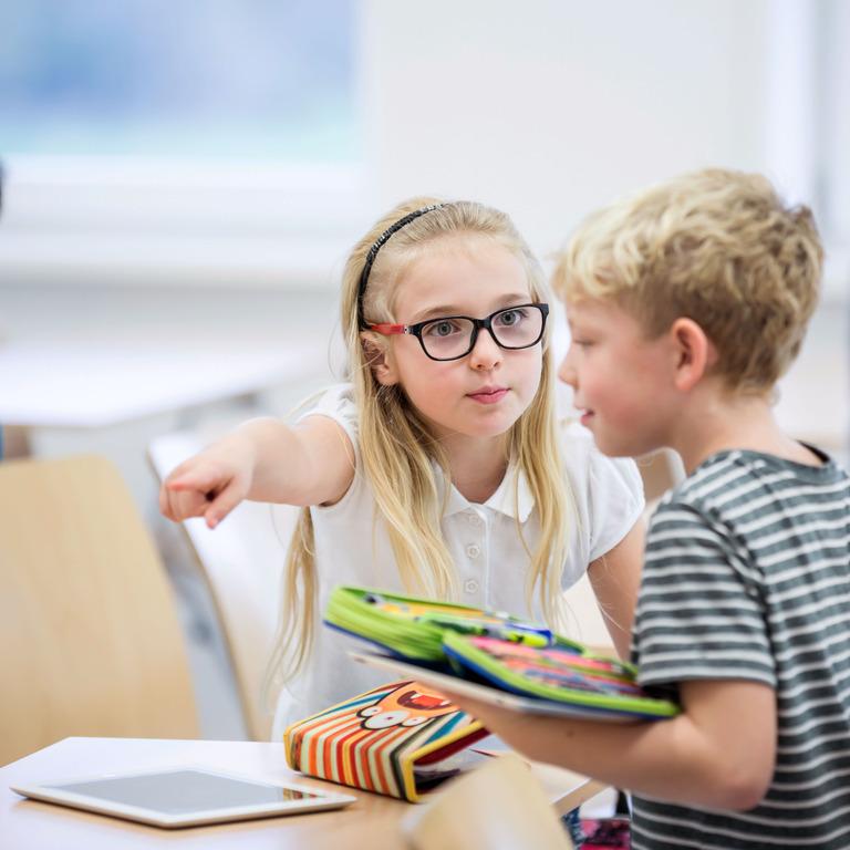 Zwei Schulkinder streiten im Klassenzimmer