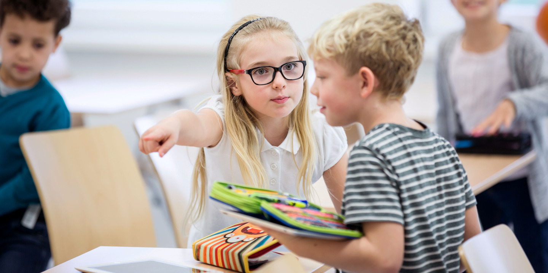 Zwei Grundschüler streiten im Klassenzimmer