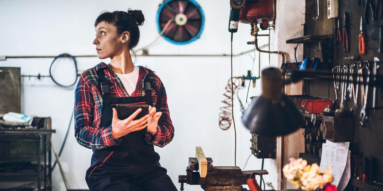 Handwerkerin nutzt Smart Building Technologie für ihre Werkstatt
