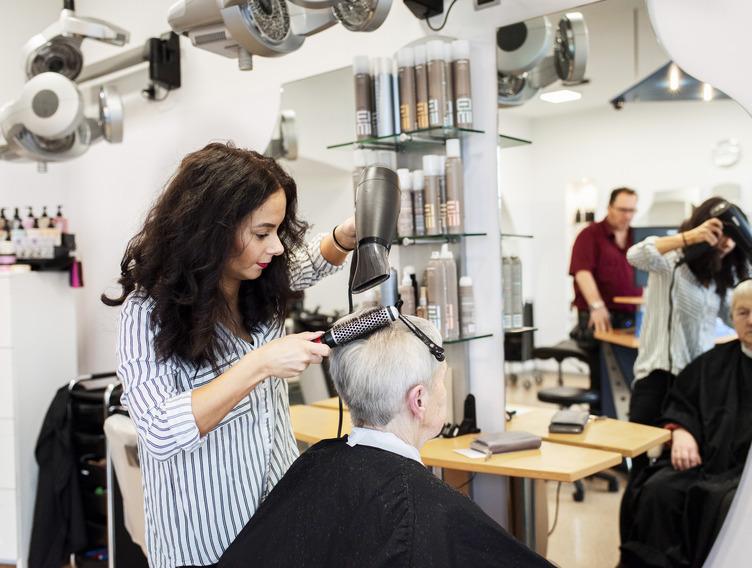 Melissa Ruiz-Lopez bei der Arbeit im Friseursalon