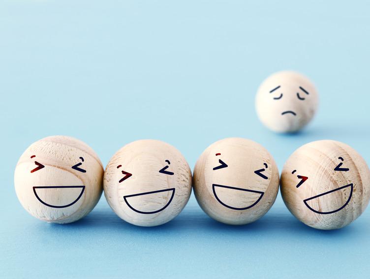 Holzkugeln mit Smiley-Gesichtern