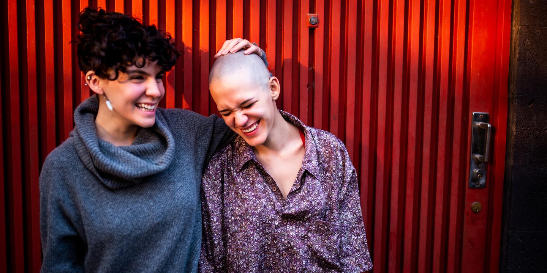 Positive Gedanken helfen, eine Situation zu bewältigen: Zwei Frauen lachen gemeinsam.