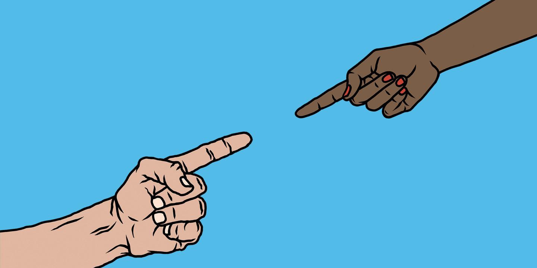 Vorurteile gegenüber anderen Ethnien können in jeder Kultur existieren: zwei Hände mit verschiedener Hautfarbe zeigen aufeinander