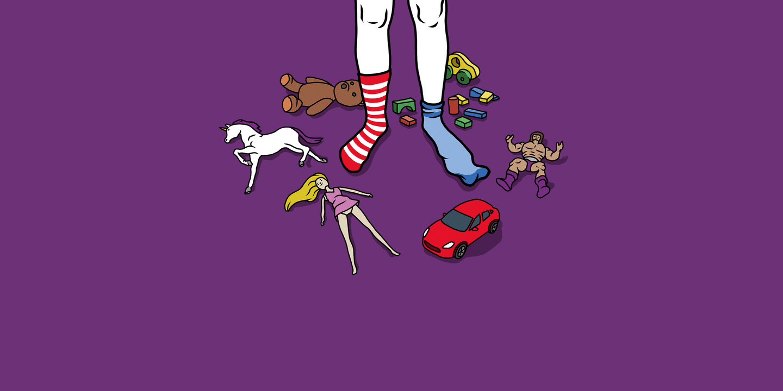 Kind steht inmitten von Spielzeug, das allgemein einem bestimmten Geschlecht zugewiesen wird wie Auto, Barbie, Bauklötze etc.